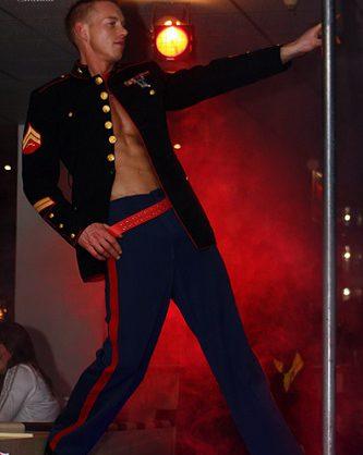 Stilvolle Akrobatik und Table Dance Gogo mit Vince und Partner. Erotik Gogo könnt ihr bei Show-Service24 anfragen.